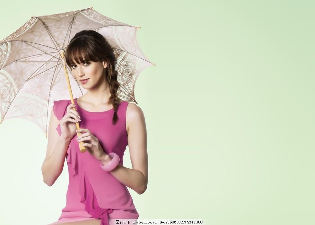 打伞的模特