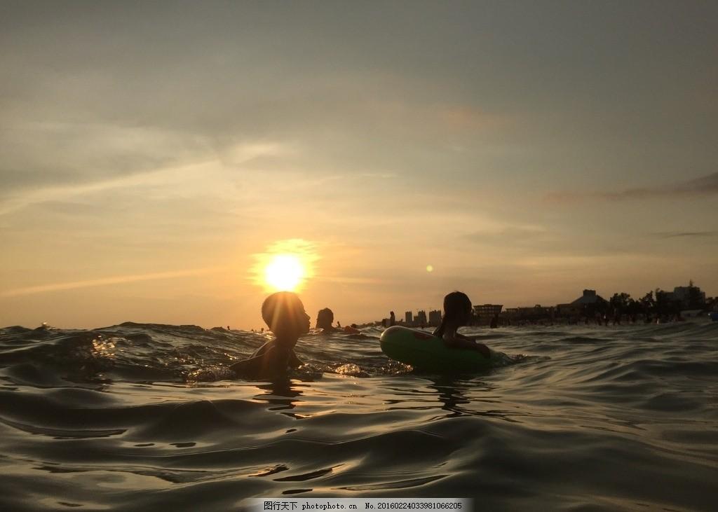 大海 海水 游泳 儿童 小孩 夕阳 晚霞 太阳 海边 游泳圈 戏水 玩水