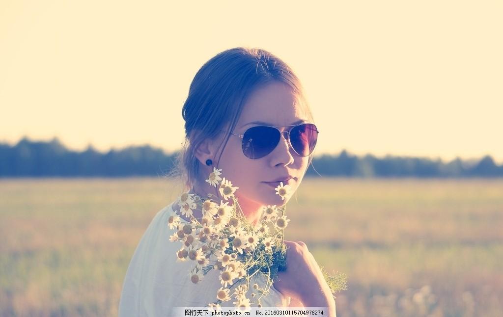 养花的小孩 养花小孩 夕阳 唯美 小清新 女孩 阳光设计 摄影 人物图库