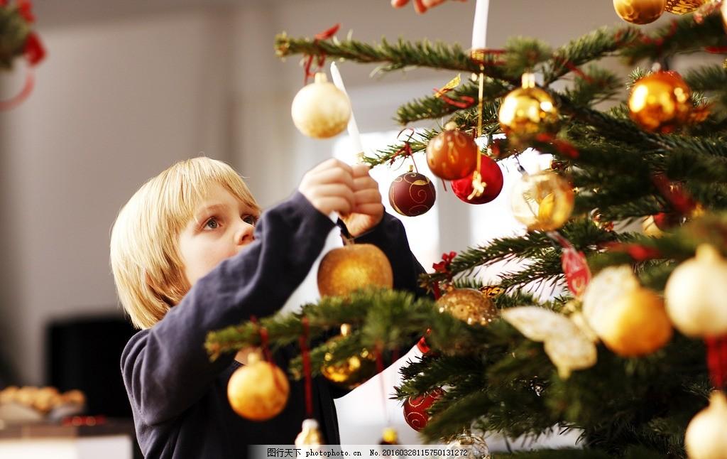 圣诞节 圣诞男孩 男孩 圣诞 圣诞树 圣诞彩球 摄影 人物图库 儿童幼儿